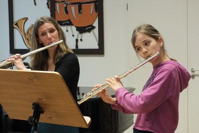 Querflötenlehrerin Annette Giefer mit einer Schülerin bei einem Vorführnachmittag der Basilikamusikschule