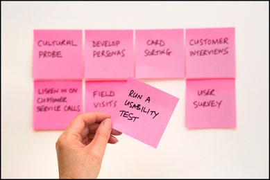 Usability-Test Schriftzug auf rosa Zettel