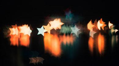 Sternenlichter im Dunkeln.
