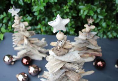Tannenbäume aus Treibholz mit Glaskugeln dekoriert.