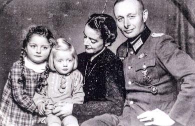 Das letzte gemeinsame Familienfoto mit Gerd von Tresckow beim Heimaturlaub 1943: Töchter Ingeborg und Mechthild, Mutter Erika und Gerd (v.l.).