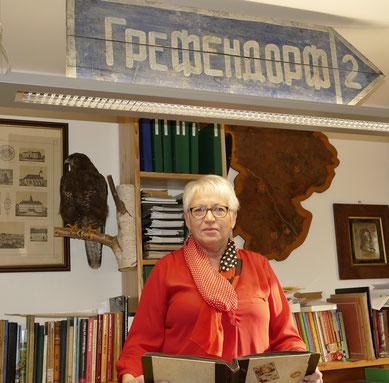 Barbara Lüderitz sammelt Material: Wer kann den Namenszug auf dem Schild entziffern?