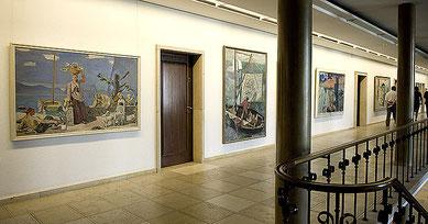 Wandelhalle einer Versicherung: Auf der Galerie im Hauptgebäude sind ältere Arbeiten ausgestellt.