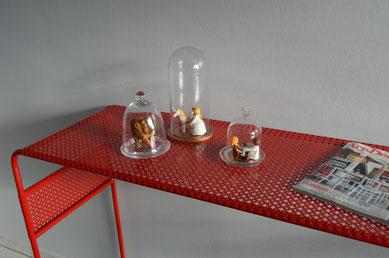 La console rouge carmin élégante et raffinée avec ses motils en dentelle