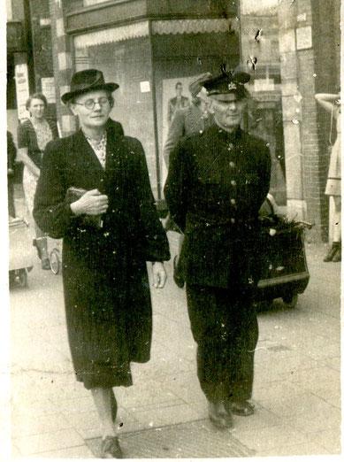 Gerrit Nieuwland in kostuum, samen met Aaltje Nieuwland