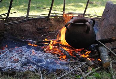 Cocinado de bellotas para la elaboración de pan.