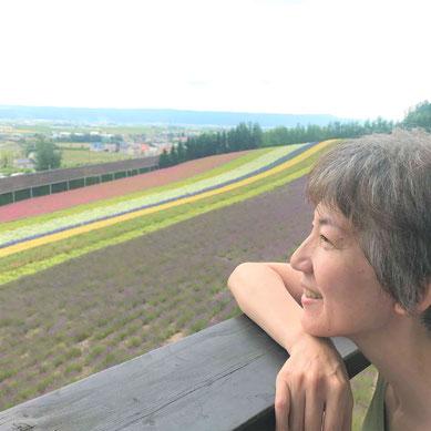 講師プロフィール写真。白衣で分子模型を持ってニコニコ。メイク付プロフィール撮影でアイルフォト島田さん、ナリスビューティコンサルタント齋藤桃子さんにお世話になりました。