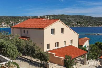Апартаменты в Севиде, первый ряд. Тихий отдых в Хорватии с детьми.