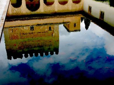 Alhambra in der Spiegelung des Burg-Beckens