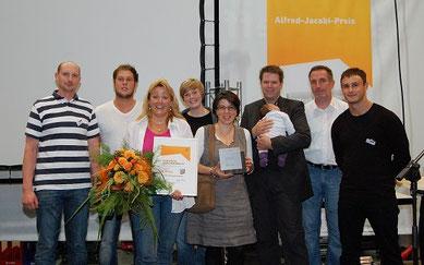 Feinschilff-Inhaber Nikolaus Liesendahl (2.v.r.) und Mitarbeiterin Katrin Rollmann nahmen die Auszeichnung von Dieter Roxlau (r.) entgegen.