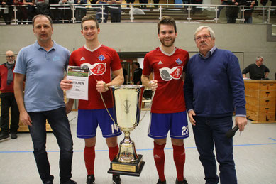 Michael Kölln (Nordsport), Tjorven Brendemühl, Bastian Peters und Turnierleiter Egbert Wittek bei der Siegerehrung
