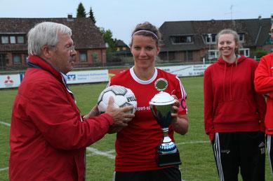 Der zweite KFV-Vorsitzende Egbert Wittek  bei der Siegerehrung mit Neuenbrooks Mannschaftsführerin Meike Scheppelmann