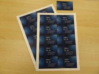完成した名刺(写真上部)と、まだ10枚ワンセットの名刺カード用紙から切り離されていない名刺