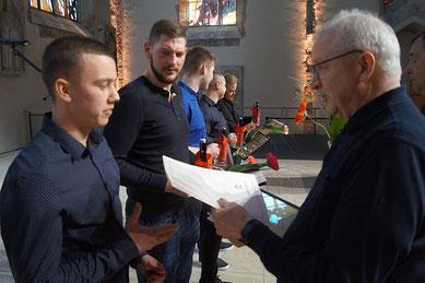 Note gut: Maximilian Dziony (links) bekommt sein Facharbeiter-Zeugnis überreicht.