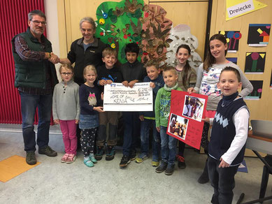 Christopher Lauff, president of the elementary school in Gödenroth (on the right), as well as the class representatives of all four classes handing over the donation......