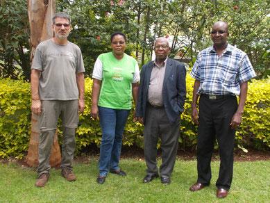 von rechts: Pastor John, Mr. Mutugi, Frau Pastorin Mary und ich...