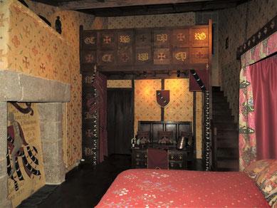 weekend en famille au château-fort de Tennessus La Suite Châteleine du chàteau médiéval de Tennessusavec sa mezzanine décorée