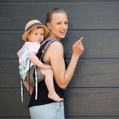 Huckepack Half Buckle Babytrage ab Geburt, stufenlos mitwachsendes Rückenpanel aus Girasol Tragetuch.
