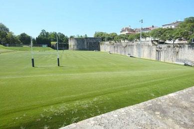 Le splendide terrain de rugby au pied des remparts de Bayonne