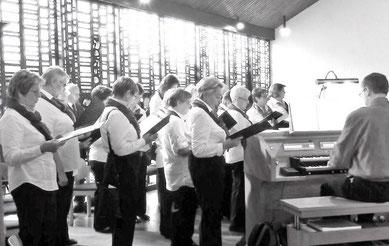 Der Singkreis St. Marien unter Leitung von Thomas Hessel beim Festgottesdienst am 15.06.15 - Foto: Thomas Hessel
