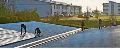 Mitarbeiter der Firma Elektro Wolf installieren die Erweiterung der Photovoltaikanlage auf dem Dach der Produktionshalle der  ABS electronic Meiningen GmbH im Industriegebiet Drei 30acker