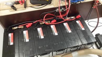 Selbstangefertigte Kupferbrücken zum Verbinden der Batterien. Die Querverkabelung ermöglicht den Ausgleich der Batterien mit nur einem Balancer.