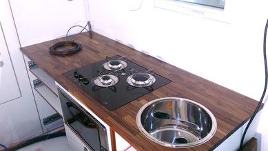 Kochfeld und Spüle finden ihren Platz in der Küchenzeile
