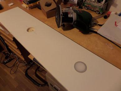 Die extraflachen LED Leuchten werden mit der Oberfräse in die Bodenplatten der Oberschränke passgenau eingefräst