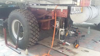 Mit Hilfe einer ausgeliehenen Magnetbohrmaschine werden die Befestigungslöcher in den Untergurt des Rahmens gebohrt
