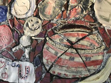 Fläche aus gebranntem Ton mit Bausteinen wie Korb, Figur und ähnlichen Lebens-Elementen