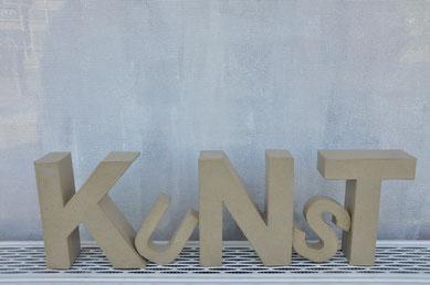KUNST in Pappbuchstaben. Symbolbild für Workshops von Laelia Kaderas zum Thema Limericks
