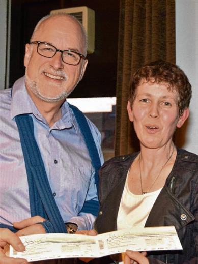 Vize-Bürgermeisterin Dunja Pucks überreichte Johann Hansen im Rahmen der Gemeindevertretersitzung die Konzertkarten für die Elbphilharmonie.