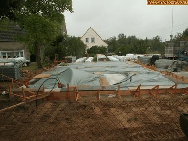 Blockhaus bauen - Fundament im Herbst - Montage im Winter  - Bodenplatte - Streifenfundament -  Holzhäuser - Blockbohlenhäuser in massiver Blockbauweise