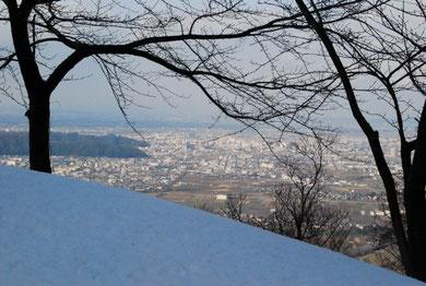 山頂直下の急登を登りきったところからの福井市内のようす(1/14)