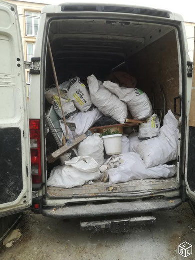 camion rempli de gravats et dechets