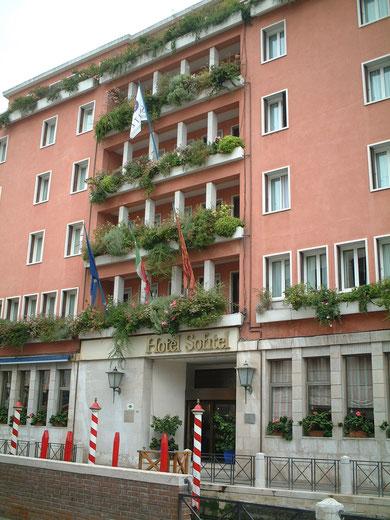 こちらはイタリア・ベニスのホテル。コンテナガーデンだがとても素敵に出来ている。