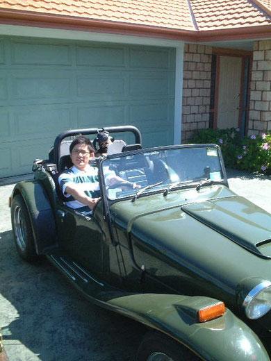 この車に乗ってニュージーランドの庭巡りしてました。というのは嘘で、ホストファザーの車です。