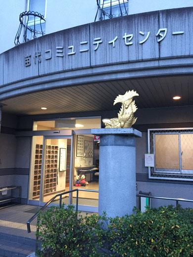 何故こんなところに金のシャチホコが!?でもシャチホコのあるコミュニティーセンターを柴ちゃんは使ってみたいです。