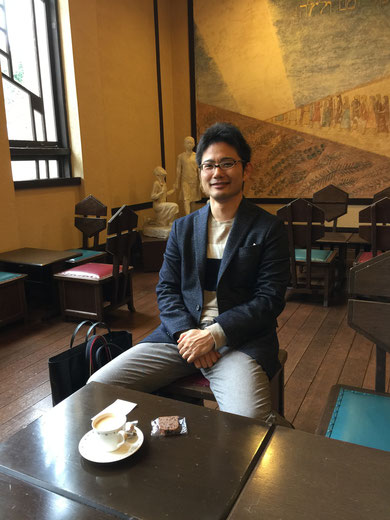 フランク・ロイド・ライト設計の自由学園・明日館のホールにあるカフェでお茶を頂くガーデンドクター柴ちゃん。