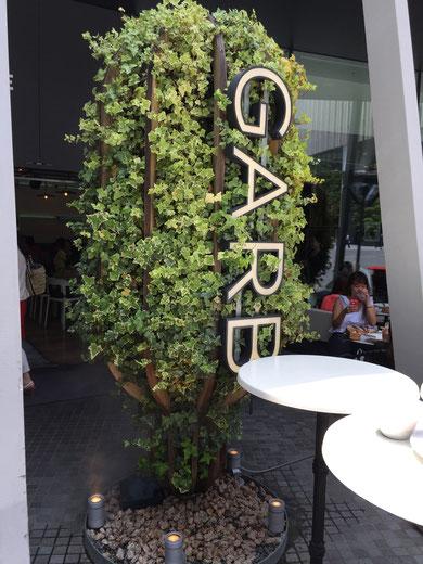 モリゾーはお店の看板もやっていました!元々は木のフレームだったものにアイビーが絡んでモリゾーに変化!素敵な製品だと思います!
