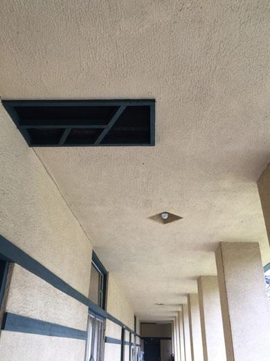 振り向くと、こんな感じ。天井にある換気口すらデザインされている。