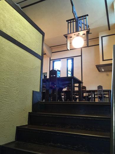 食堂へ上がる階段。中二階になっているので階段の段数が低い。