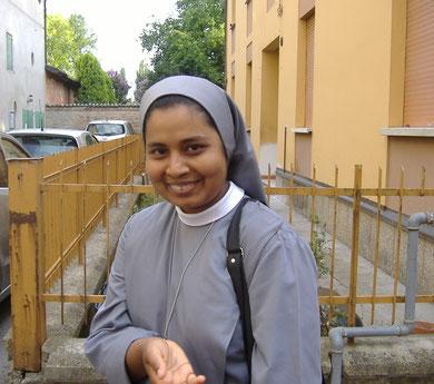 Un saluto a Suor Pavana, mentre parte per l'India, in famiglia un mese