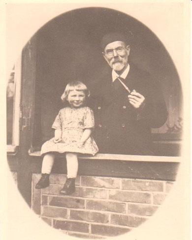 Bürgermeister Heinrich Kaiser mit Enkelin (vermutlich Effi) am Eingang seines Hauses, das nicht das Haus Immertreu sein konnte
