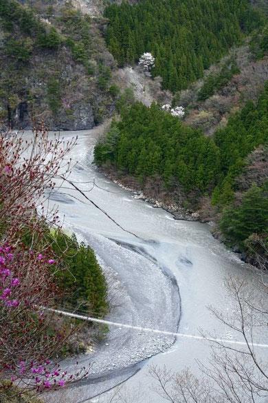Au fond de la vallée de la rivière Sumata un autre pont suspendu de moindre envergure.
