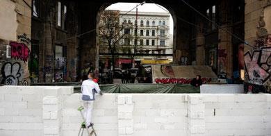 """DIE NEUE MAUER: Tachelestordurchfahrt wird """"gesichert"""" (c) taz 12.4.2011"""