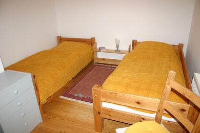 Gelbes-Zimmer mit zwei Einzelbetten