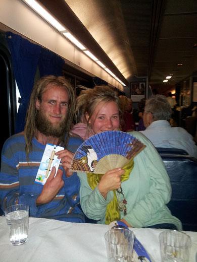 食堂車で同席になったカップル