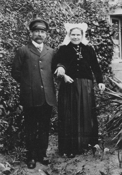 Tonton Jean Caroff et Anna Maria Floch dite Naine, les vêtements typiques de l'île l'homme en costume de marin et la femme avec la coiffe traditionnelle