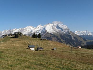 Pointe Beauregard, derrière le massif des Aravis,    au fond le Mont Blanc